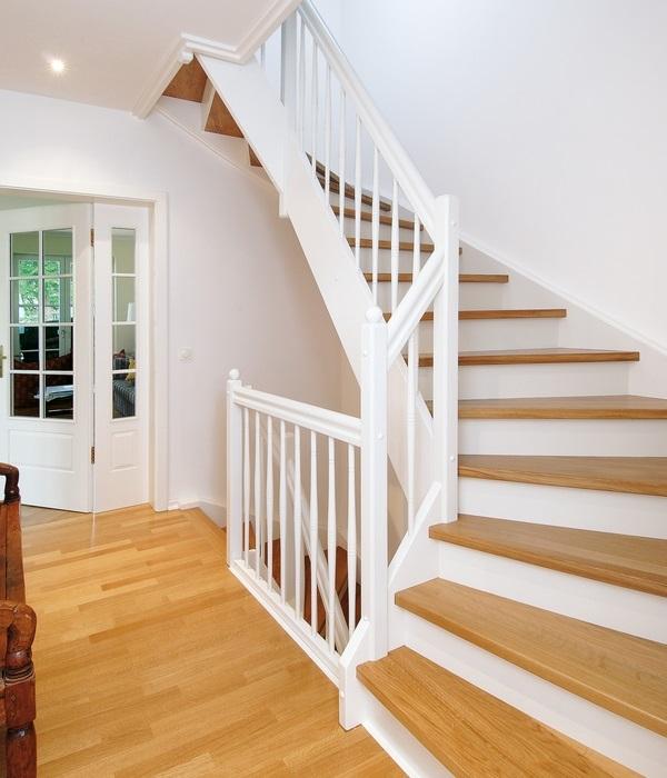Fuchs-Treppen Holztreppe weiß geschlossene Stellstufen