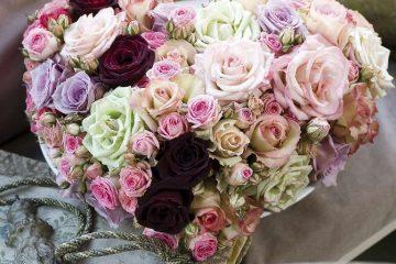 Prächtiger Blumenstrauß in Herzform