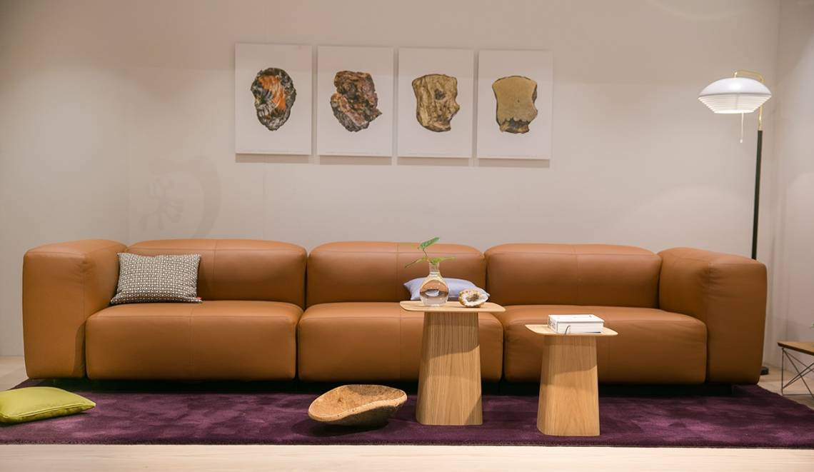Bild einer cognacfarbenen Couch von vitra
