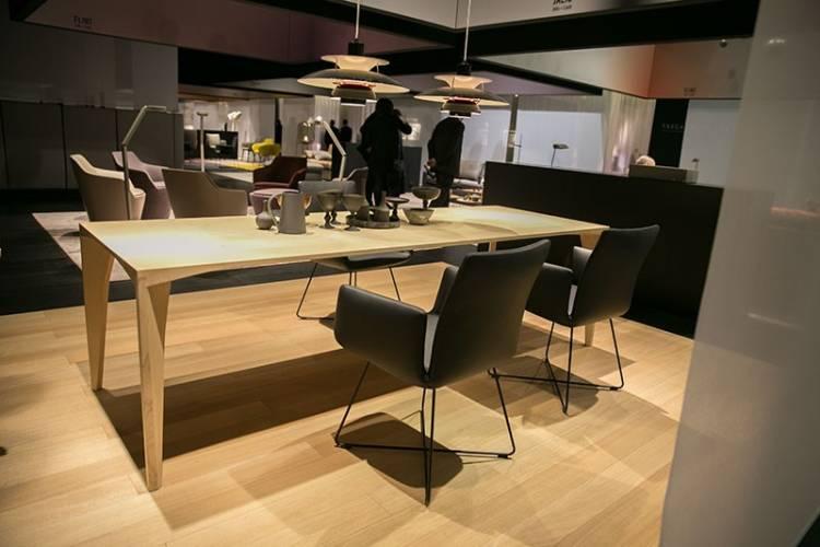 Großer Esstisch aus Holz und schwarte Stühle von COR
