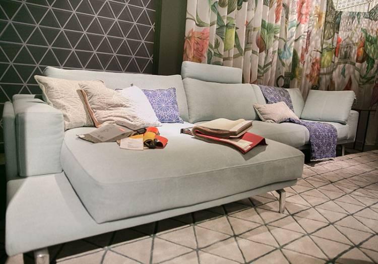 Bild eines gemütlichen Sofas von LEOLUX in Hellblau