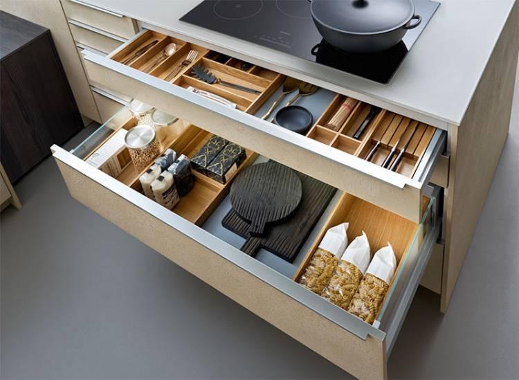 Auf dem Bild sind praktische Innensysteme für Küchenschubladen zu sehen