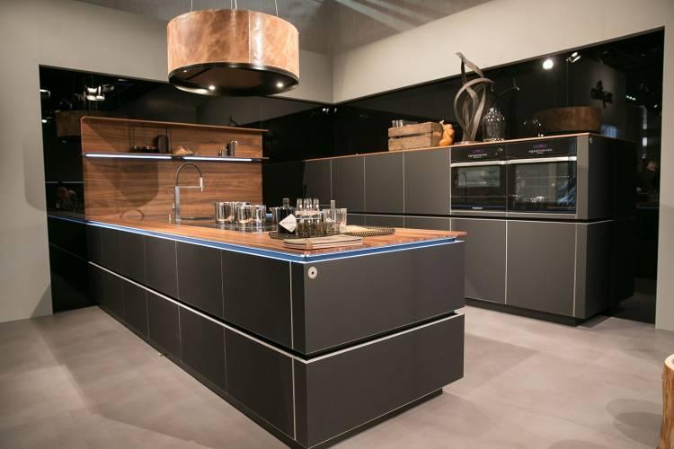 anthrazitfarbene Küche mit Holz von Zeyko