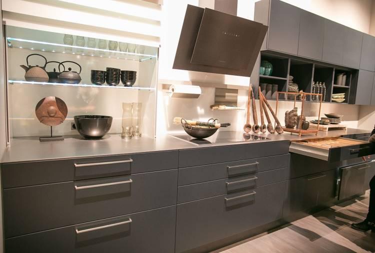 Moderne Küchenzeile in Dunkelgrau mit Griffen