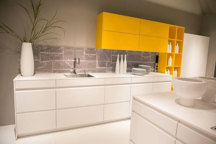 weiße Küche mit safrangelben Schrankmodulen von nobilia
