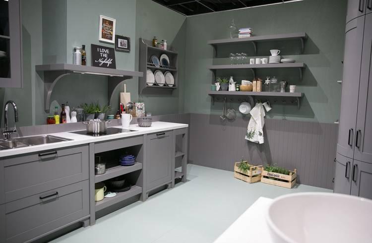graue Küche mit weißer Arbeitsplatte von Schüller