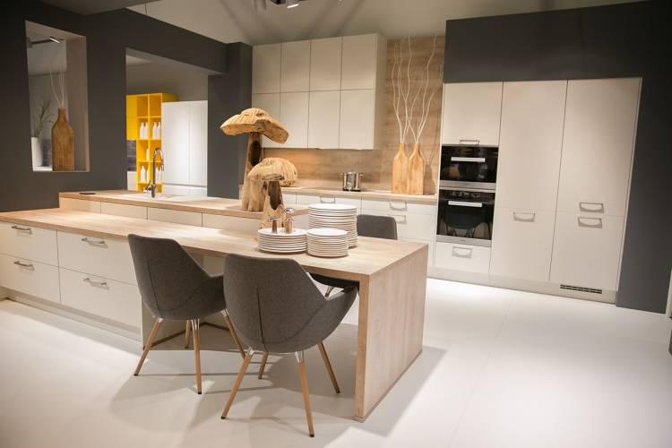 moderne nobilia Küche in Weiß mit Holzelementen