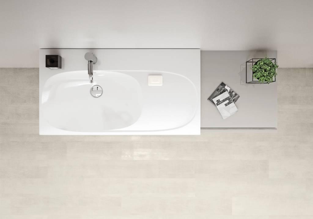 individuelles Bad mit weißem Waschtisch und integrierten Ablageflächen