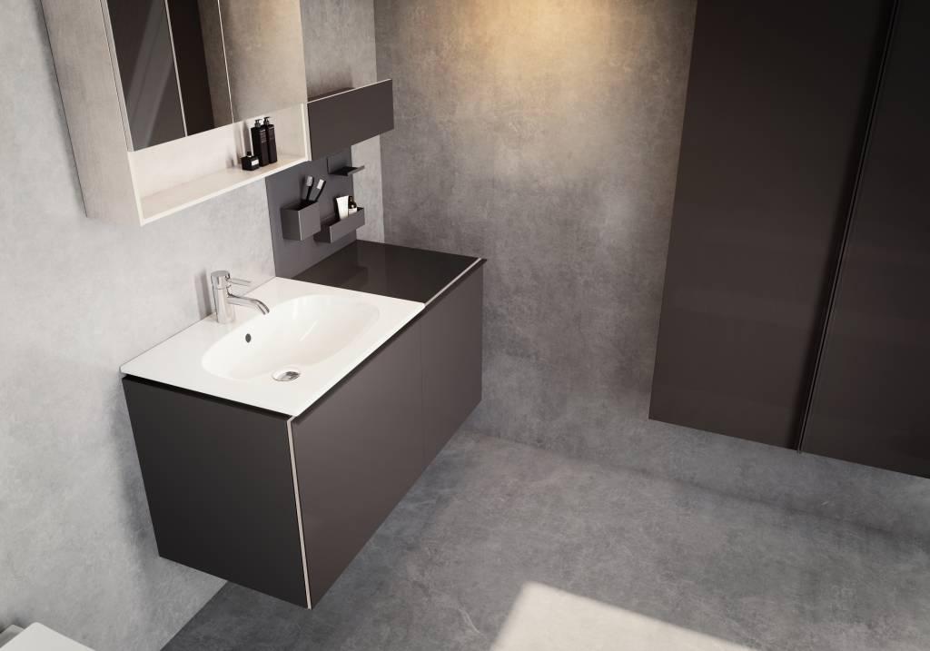 individuelles Bad mit braunem Waschtisch und integrierten Ablageflächen