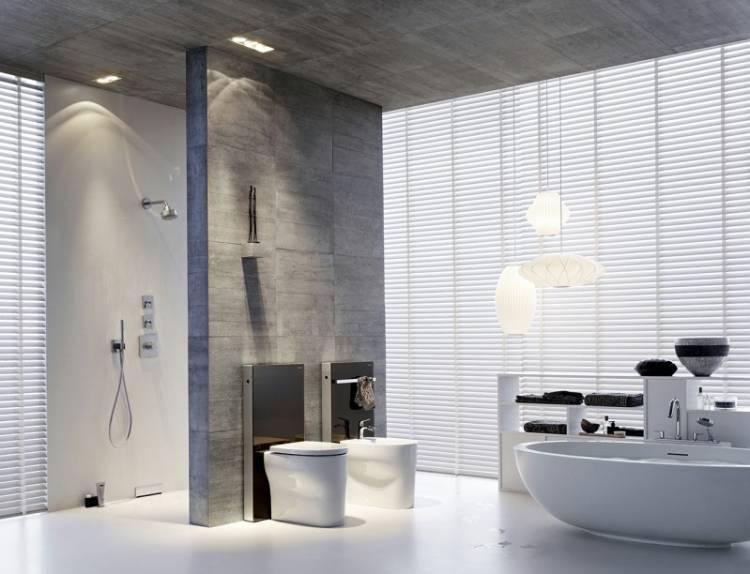 helles Bad mit WC und integriertem Spülkasten