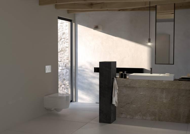 helles Bad mit Toilette und Betätigungsplatte