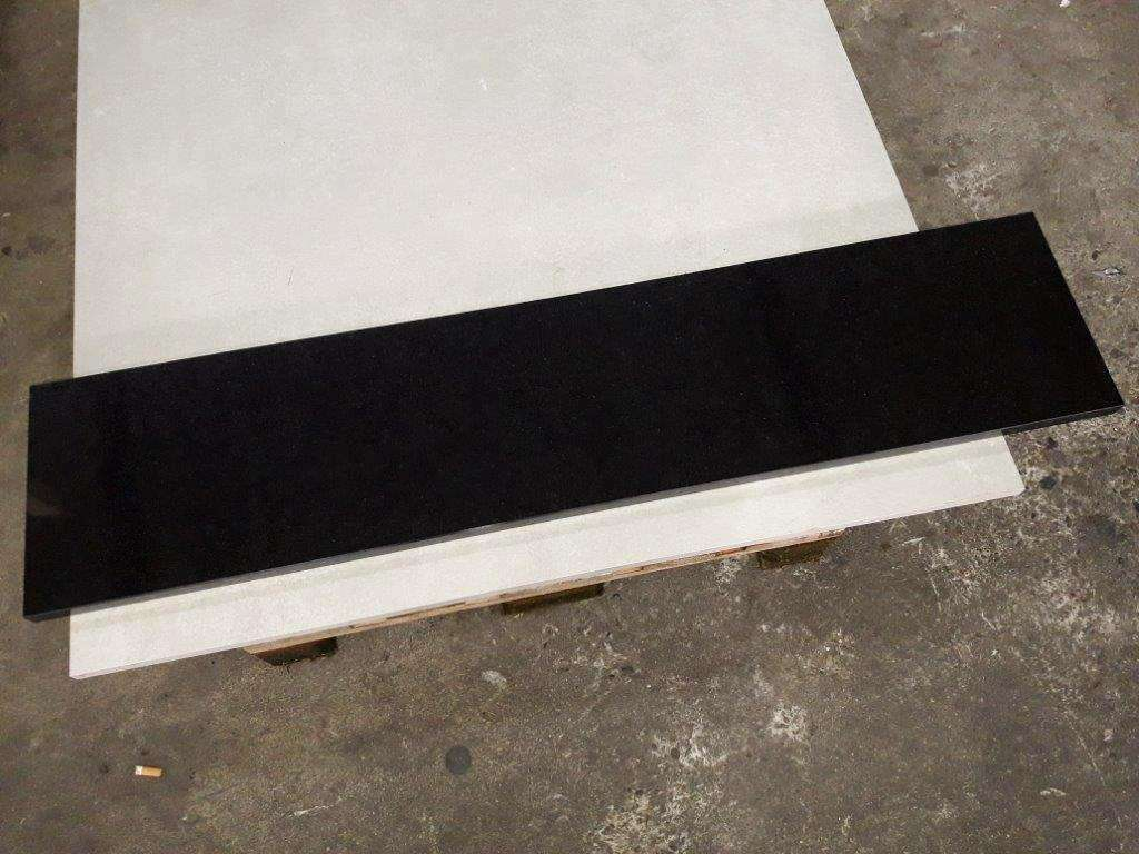 """Absolute Black"" Stufen (138,5 x 30,5 x 3cm)"