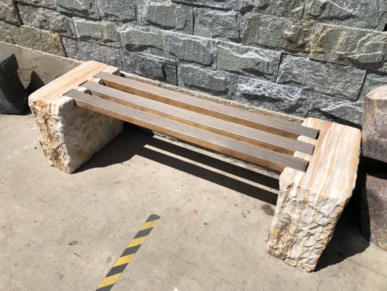 Gartenbank mit Holzplanke
