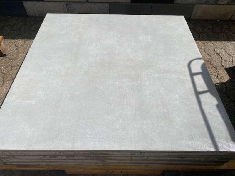 Phero [BETONPLUS/KERAMIK] 120x120x5 cm zementgrau strukturiert (2.Wahl)