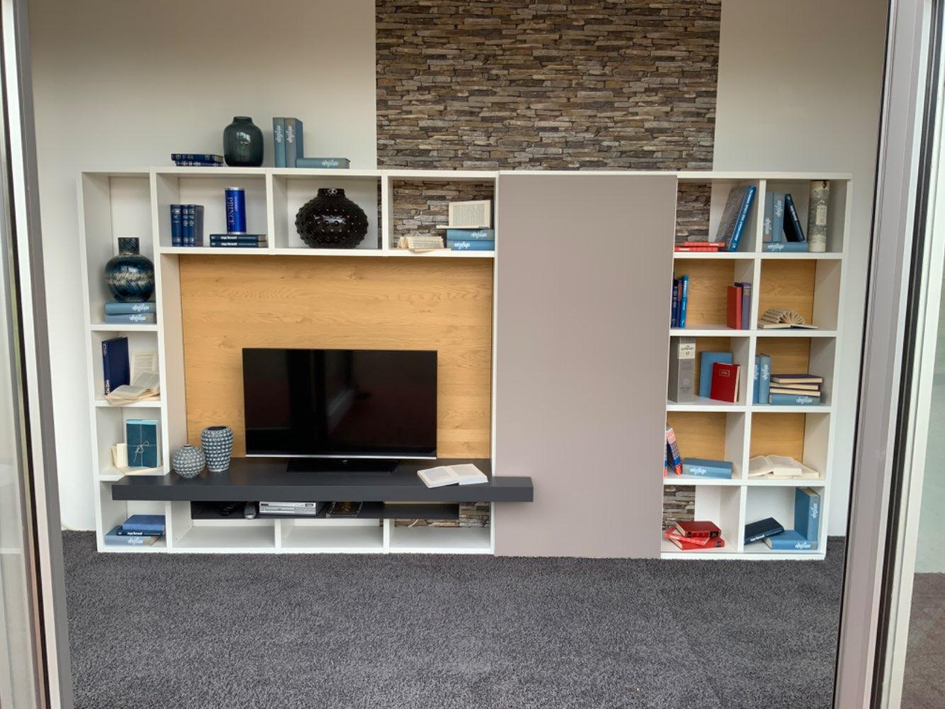 Wohnwand mit Fernsehfach, Schiebetür und viel Regal fläche in weiß Lack Wildeiche und grau ...