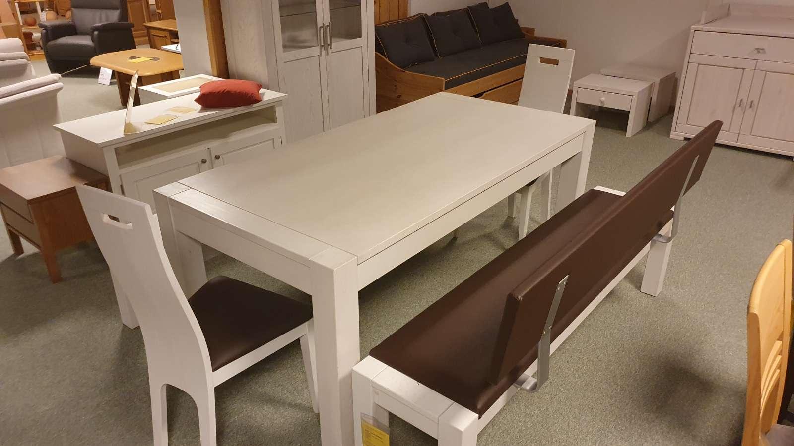 Tischgruppe mit Bank und Stühlen
