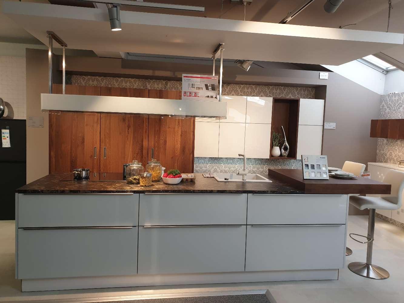 Moderne Wohnküche mit Insel