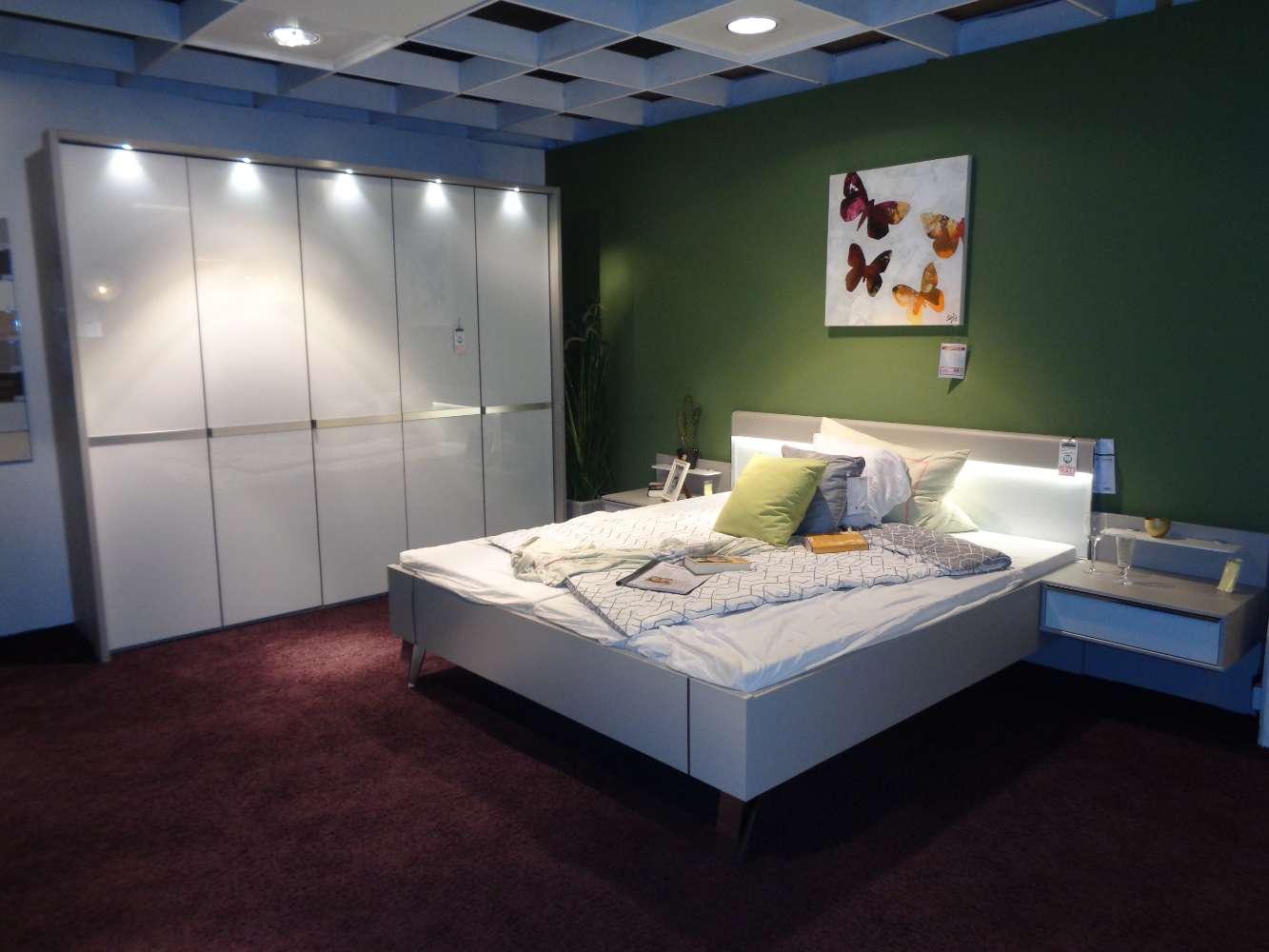 Schlafzimmer inkl. Schrank, Bett und Nachtkonsolen