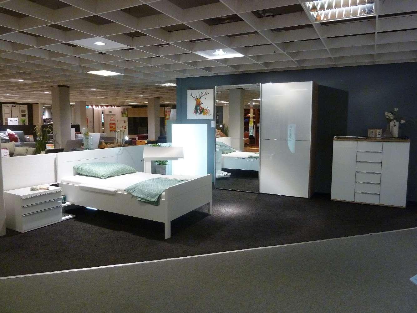 Schlafzimmer in weiß / Sonoma Eiche Nachbildung inkl. Schrank, Kommode und Bett