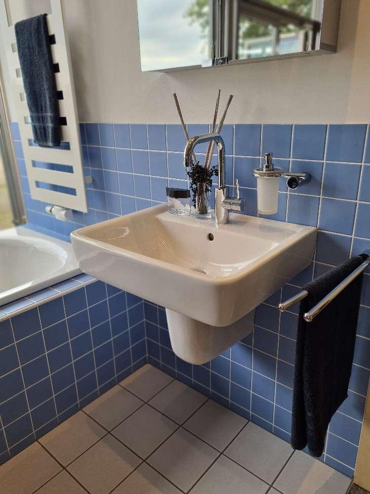 Geberit Waschtisch und Geberit Wandtiefspül-WC