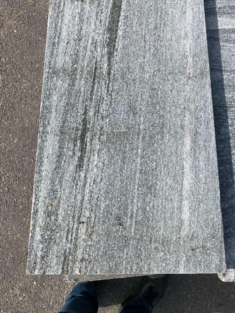 Gneis Terrassenplatte,Oberfläche geflammt & gebürstet, Kanten gefast, Seiten gesägt, 80x40x3cm